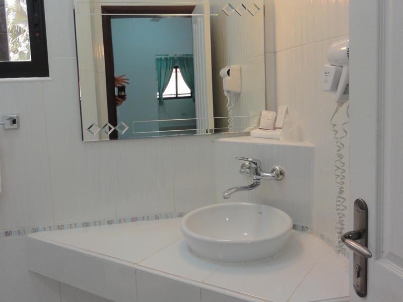 Deluxe room Bathroom.jpg